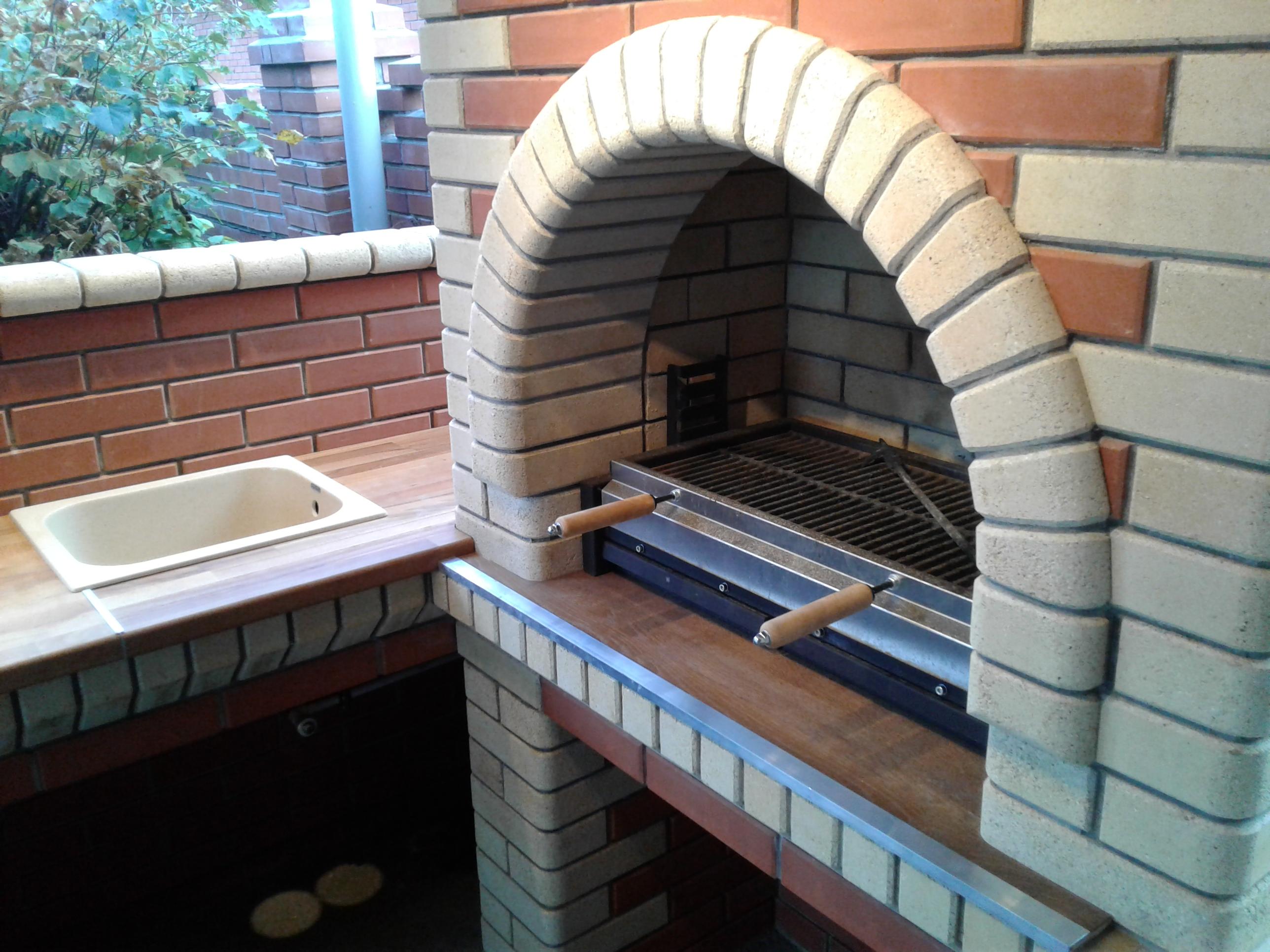 Барбекю печь с металлическим мангалом.